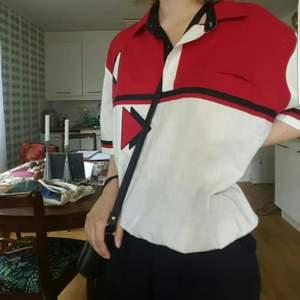 En röd och vit tröja/skjorta som är köpt på Humana i Berlin. Aldrig använd, inga synliga defekter. FRI FRAKT! Kan mötas upp i Stockholm💕🌟