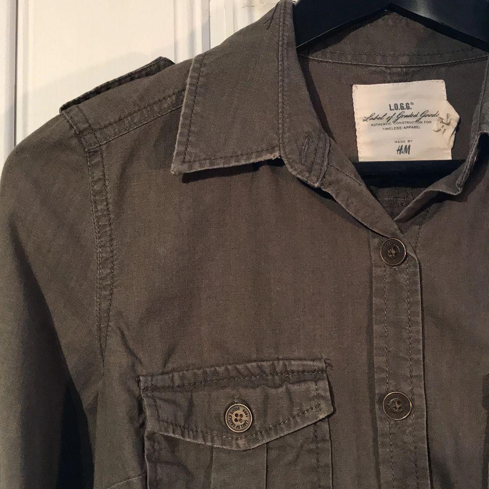 Snygg skjorta från HM i khakigrön med knappar i brons. 50kr +frakt . Skjortor.