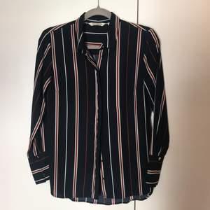 Mörkblå/röd/vit randig skjorta från Kappahl. Använd fåtal gånger.