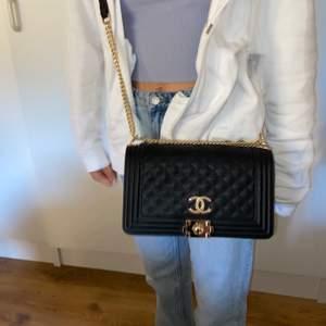 Svart fake Chanel väska köpt på mallorca för ca 400kr, helt oanvänd🥰