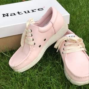 Rosa sneakers från danska Nature.