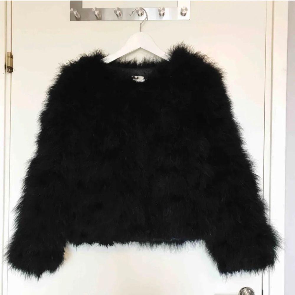 Fanstastisk svart fluffig pälsjacka (ej äkta päls) ifrån DM Retro/Dennis Maglic. Försluts med knappar. Superfint skick! Nypris: 1300kr FRAKT INGÅR.. Jackor.