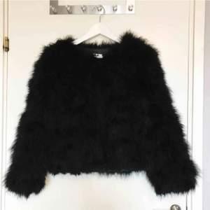 Fanstastisk svart fluffig pälsjacka (ej äkta päls) ifrån DM Retro/Dennis Maglic. Försluts med knappar. Superfint skick! Nypris: 1300kr FRAKT INGÅR.