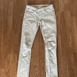 Vita jeans från Helmut Lang, säljer pga att de är för små. Ganska låga i midjan men nyköpta för 2500 kr.💕 Köparen står för frakt 📦