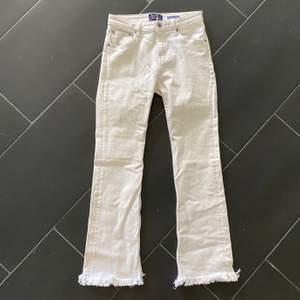 Vita kickflare jeans från Crocker. Egentligen bootcut men avklippta själv. Frakt tillkommer.