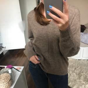 Säljer en supermysig tröja från hm i storleken XS, knappt använd så i väldigt bra skick! Möts upp i Stockholm eller fraktar mot att köparen står för fraktkostnaden😊