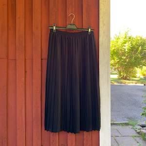 Denna drömmiga kjol som du kan ha till både skola och fest. I storlek 38/M. Den är perfekt i längden och går som sagt verkligen att ha till ALLT! Jag säljer den för att den tyvärr är förliten... Betalning sker via swish & kunden står för frakten ✨✨✨