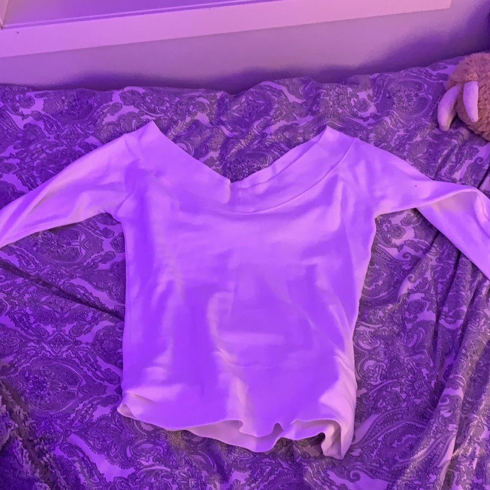 Jätte fin v formad tröja, använder inte längre därmed säljer jag! Mitt pris 70 + frakt . Toppar.