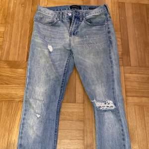 Säljer ett par pacsun jeans, skinny jeans, i storlek 28x30. De är stretchiga och ljusblå. Köpta för 600kr säljer för 170kr. Frakten ingår inte i priset.