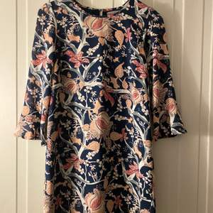 Fina färger och fint mönster på en stilig klänning