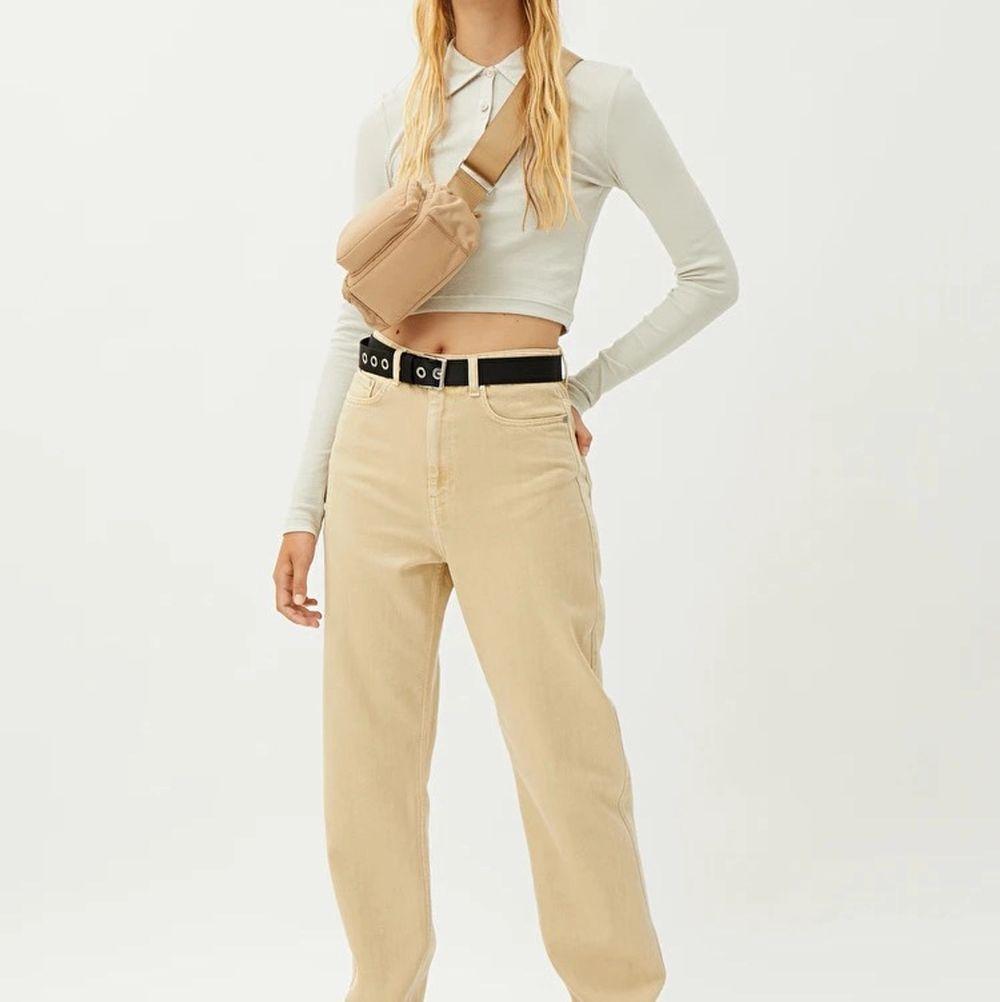 Säljer dessa weekday jeans i str 25/30 som aldrig kommit till användning, i färgen light sand. Är i nyskick och köpte de för 500kr! Skicka iväg ett meddelande vid frågor och funderingar💜💜. Jeans & Byxor.