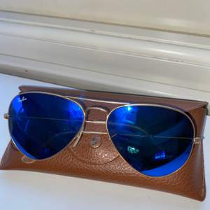 Solglasögon av märket ray ban, väldigt bra skick får med allt på bild. Perfekt för sommaren.