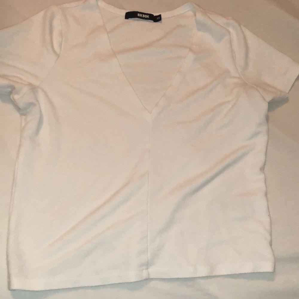 T-shirt från Bikbok. Sitter halvlöst/halvtight på. . T-shirts.