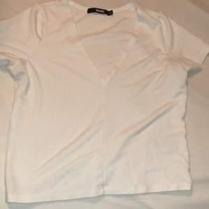 T-shirt från Bikbok. Sitter halvlöst/halvtight på.