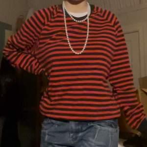 Snygg randig tröja står L men känns mindre  köparen står för eventuellt frakt
