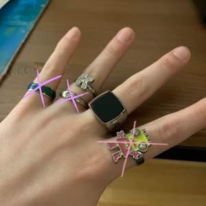 Superfin ringar, två av dem är justerbara.       📌OBS!📌 Säljer inte bara 1 ring, man kan bara köpa MINST 2 ringar åt gången. 🤍 Köparen står för frakten!