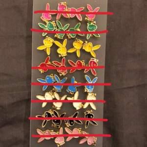 Säljer nu mina skit balla Playboy örhängen!!✨ Fick de av min pappa för ett tag sedan. Men jag väljer att sälja de då jag har ganska många av dom och känner att någon annan skulle få mer användning för dom!!💓💓 skriv till mig om du är intresserad av att köpa eller bara har en fråga🥰(se sida två för att checka hur de sitter på)