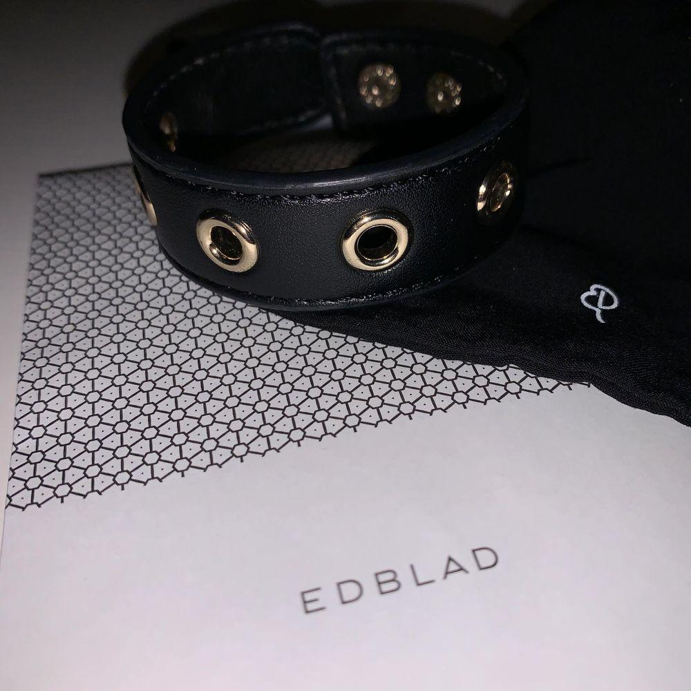 Säljer detta superfina fuskläderarmband från Edblad! Har så mycket smycken och tyvärr kommer detta inte till så mycket användning. Priset kan diskuteras! ❤️ Kan skicka fler bilder om det önskas!. Accessoarer.