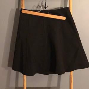 Aldrig använd kjol från Carin Wester. Storlek s. Blixtlås där bak. Köpt för 399 kr