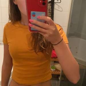 Säljer en fin ribbad senapsgul t-shirt. Köparen står för frakt eller så kan vi mötas upp💕
