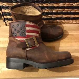 Johnny bulls boots som bara är använda 2-3 gånger. Köptes för 1700kr. Tror inte dessa går att få tag på längre och modellen är lite sliten men det är så dem ska vara! Jättefina! Säljes då jag tyvärr inte använder boots. Storlek 37.    Köparen betalar frakt!!!