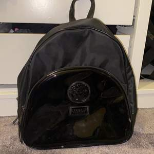 Ascool ryggsäck från Versace i nylon. Skicka privat för fler bilder. Köparen står för frakt eller så kan vi mötas upp💕