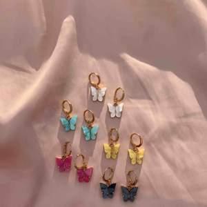 Säljer nu dessa supersöta fjärilsörgängen! Ett par kostar 60kr inkl frakt 🤩💗 skicka ett dm om du vill beställa 💞(på min profil finns ännu fler färger)✨🐚 Kika gärna in min instagram juveellen för fler smycken