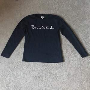 Bondelid marinblå tröja i fint använt skick. Köparen står för fraktkostnaden!