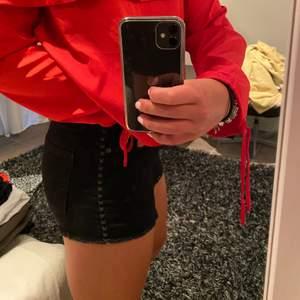 Coola shorts med svaga detaljer längs sidorna