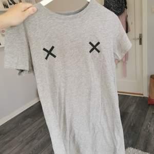 En lite längre t-shirt som passar som en kortare klänning. Super fin. 40kr+frakt😝