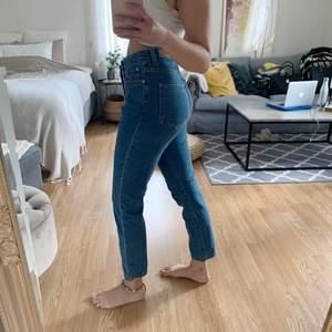 Ett par superfina mom jeans från Bikbok. Köparen står för eventuell frakt📦