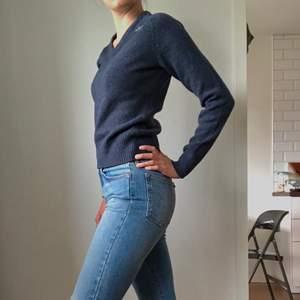 Stickad tröja i mörkblått från Lundhags i 100 % ull. I nyskick.