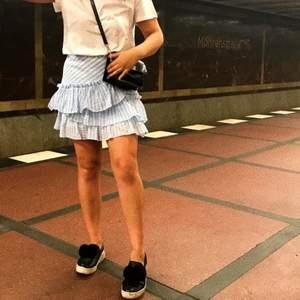 Vit och blå volgankjol från H&M köpt i Berlin (andra bilden är lånad). Sparsamt använd och i storlek 38! Frakten ligger på 49kr och betalas av köparen ✨