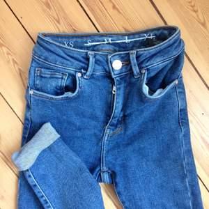 Helt oanvända jeans stl XS med hög midja från bikbok i den perfekta blåa färgen!! Säljer pga för små. Stretch! Bara provade.