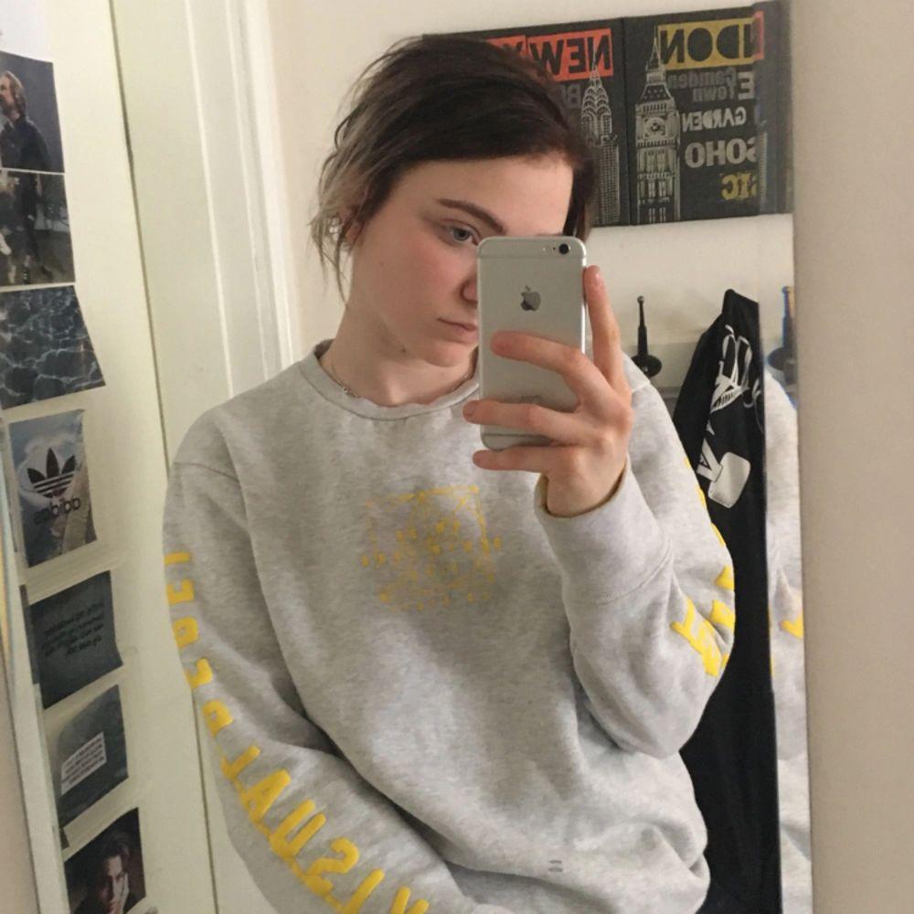 Grå sweatshirt med gult tryck från carlings. Köpare står för frakt. Huvtröjor & Träningströjor.