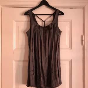 Fin, lyxig, grå klänning i 95% silke. Använd sparsamt och i fint skick! Märke Pieszak