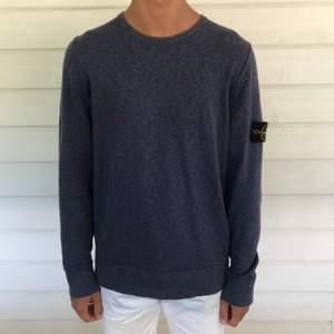 Fin tröja från Stone Island, nypris 1300, mitt pris 350! Sparsamt använd, dock en missfärgning på vänster ärmslut som uppkommit i tvätten. Passar en M!