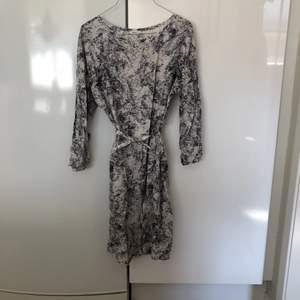 Säljer en underbar siden klänning från Filippa K. Säljs då den ej passar längre.
