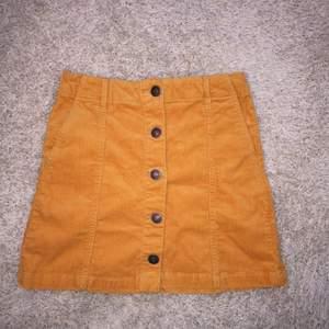 Ny kjol Säljes endast pågrund av garderobsrensning • Köparen betalar frakt. Ansvarar EJ för postens slarv.  • Undrar du nåt/har jag missat nåt? Ställ gärna frågor. (: