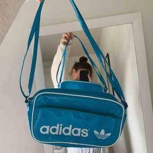 Säljer en ball väska från adidas. Trendig!!