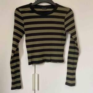 Svart och grön randig tröja från Ginatricot som är använd två gånger Köparen står för frakt💖