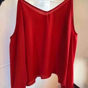 Jätte söt röd blus från NA-KD. Går att knyta en rosett nertill på varje arm🥰 köparen står för frakt