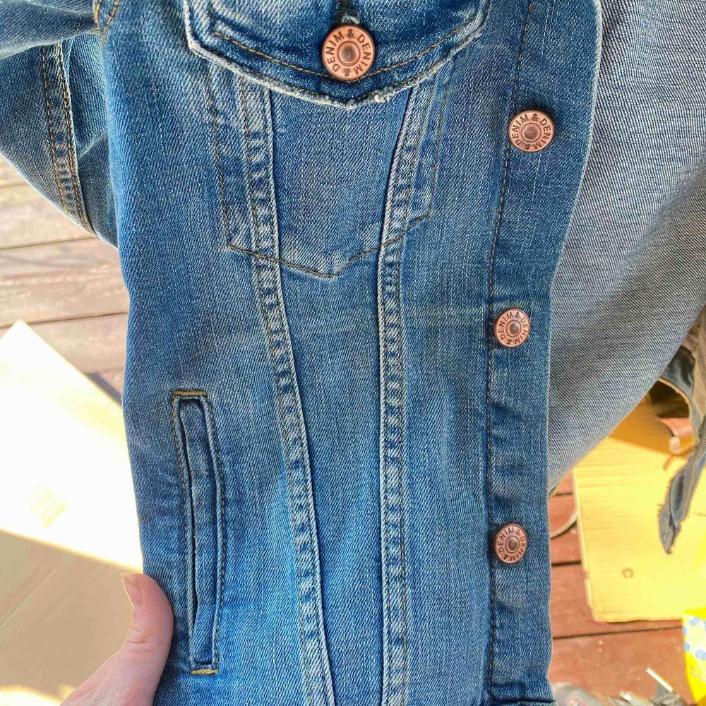 En jeansjacka ifrån hm. Använd en del men inget som syns. Köpte för 200kr men säljer billigt för vill bli av med den då jag inte använder den längre. Passar perfekt om man typ vill bleka den coolt eller likande🌟🌟. Jackor.