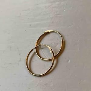 Små söta Örhängen från ur och Penn i 18k guld. Eftersom jag valde att töja öronen strax efter att jag skaffade de så  de inte komma till användning.  !!!aldrig använda!!!  Köpt för: 1300kr Säljer för: 349kr. Köpare står för eventuell frakt