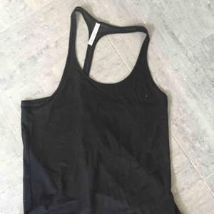 Filippa K soft sport linne med mesh tyg på ryggen