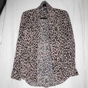Väldigt fin skjorta i leo mönster , fint skick!