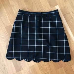 Underbar kjol som aldrig använts då den är för liten i midjan för mig. Passar nog perfekt på S då jag vanligen är M. Dragkedja + knapp på sidan av kjolen. Fina detaljer. Ganska kort.