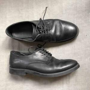 Svarta läderskor i storlek 39, passar även bra på mig som har 38-38,5 i storlek. Väldigt bekväma att ha på sig länge. Köptes för ca 2 år sedan, nästan bara använd inomhus i kontor så därav fortfarande väldigt bra skick.