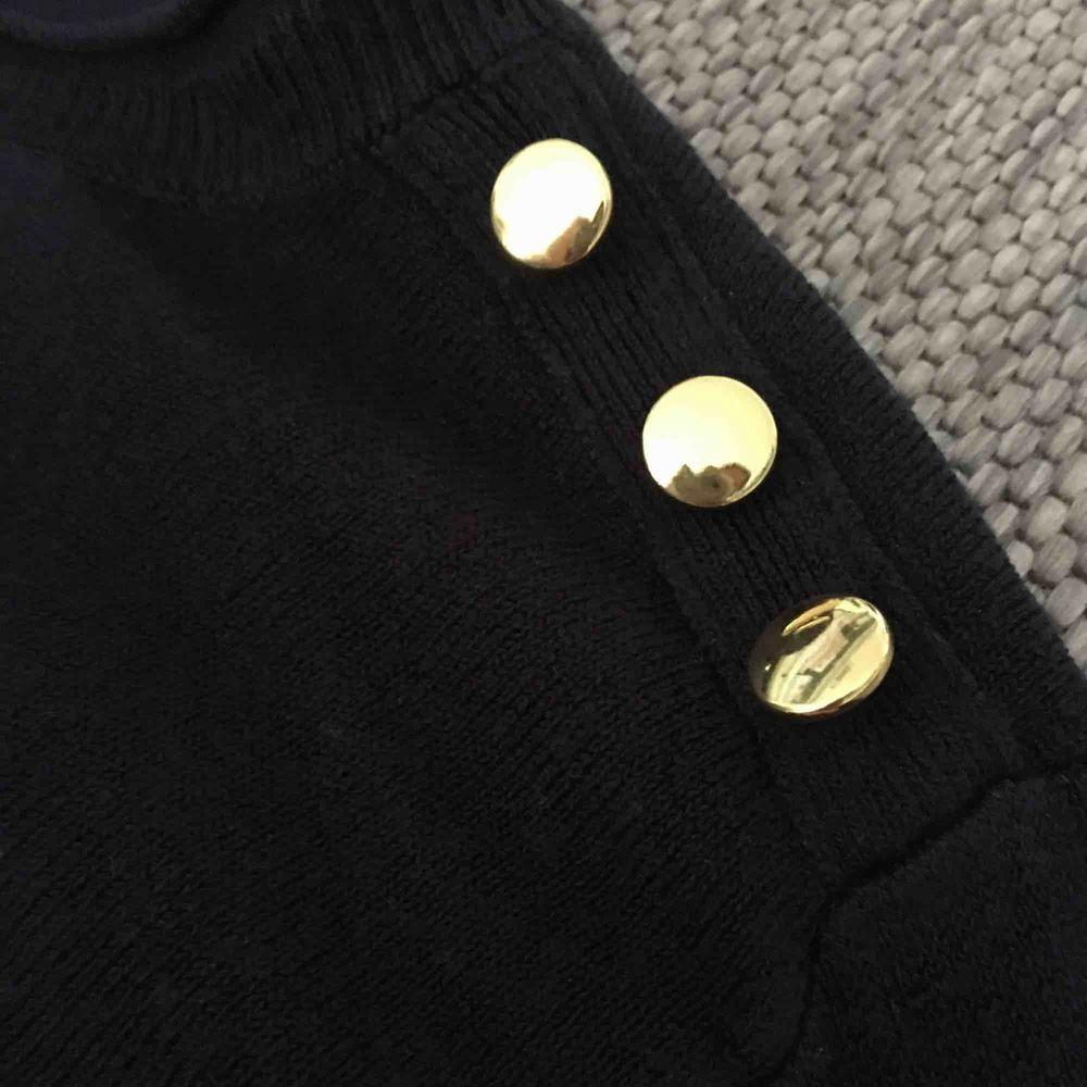 Varm och snygg tröja från Primark i England. Snygga gulddetaljer. . Tröjor & Koftor.