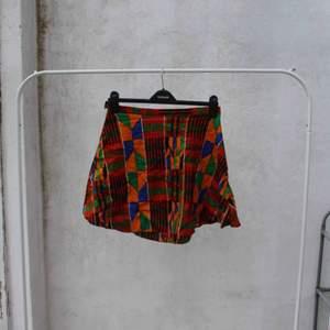Superfin kjol i traditionellt Ghanansk tyg 🌹 hemmagjord så den är ganska ömtålig när man sätter på sig den så man får ha det i åtanke men dem sitter så fint på!   FRI FRAKT